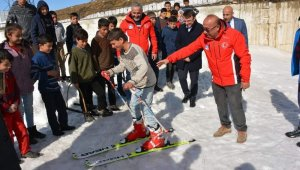 Öğrencilere kayak malzemesi dağıtımı