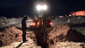 Özpınar köyünde depremde vefat eden 8 kişinin mezarı kazıldı