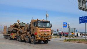 Sınıra tank ve zırhlı araç sevkiyatı sürüyor