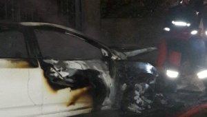 Tarsus'ta park halindeki araç yandı