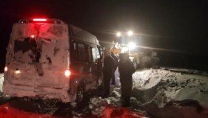 Yolda mahsur kalan vatandaşları belediye kurtardı
