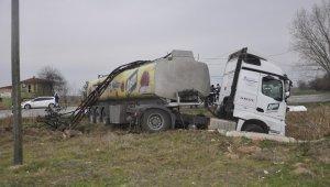 Yoldan çıkan yağ yüklü tanker elektrik direğine çarptı: 1 yaralı