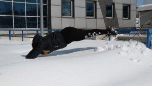 Yüzme havuzunu bırakıp karda antrenman yaptı