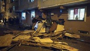 Zeytinburnu 5 katlı binanın çatısı uçtu