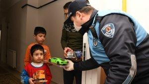 """Başkan Demir'den """"evde kalan"""" çocuklara doğum günü sürprizi"""