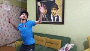 Bedensel engelli milli badmintoncu evde de engel tanımadı