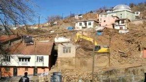 Doğanyol'da hasarlı evler yıkılmaya başlandı