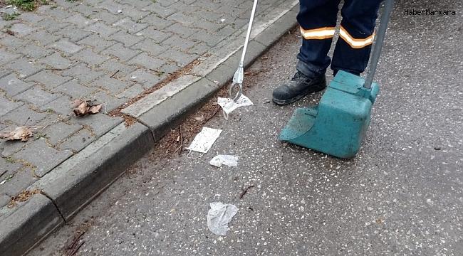 Maske ve eldivenleri sokağa değil çöpe atalım