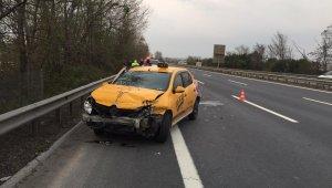 TEM Otoyolunda kontrolden çıkan ticari taksi bariyerlere çarptı: 1 yaralı