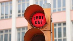 Trafik ışıkları 'Evde kal' çağrısı ile yandı
