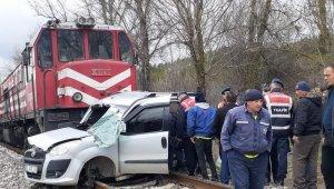 Uşak'ta Tren, hafif ticari araca çarptı: 2 ölü, 2 yaralı