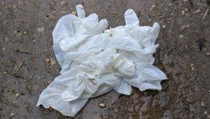 Yerlere atılan tek kullanımlık maske ve eldivenler tehlike saçıyor