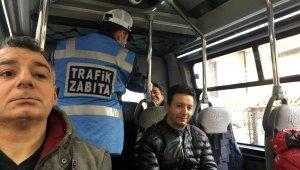 Yüzde 50 yolcu denetimi yapılan minibüste şaşkınlık oluşturan manzara