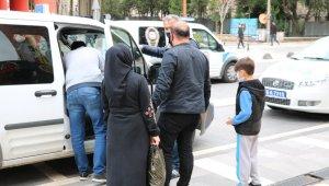 10 yaşındaki oğluyla sokağa çıkan baba ve anneye cezai işlem