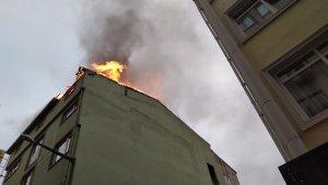 Beyoğlu'nda 5 katlı otelin çatısı alevlere teslim oldu
