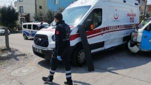 Boş sokakta, içinde hasta olan ambulansa çarptı