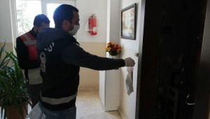 Esenyurt'ta polis kapı kapı dolaşıp maske ve kolonya dağıttı