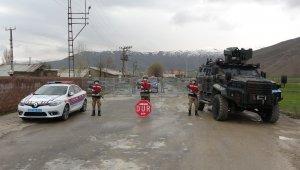Jandarma karantinaya alınan yerleşim alanlarında nöbetini sürdürüyor