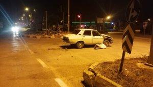 Kavşakta iki araç çarpıştı, biri takla atarak durabildi