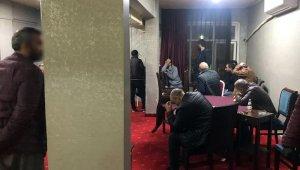 Korona virüsü hiçe sayıp kahvehanede oyun oynayan 26 kişi gözaltında