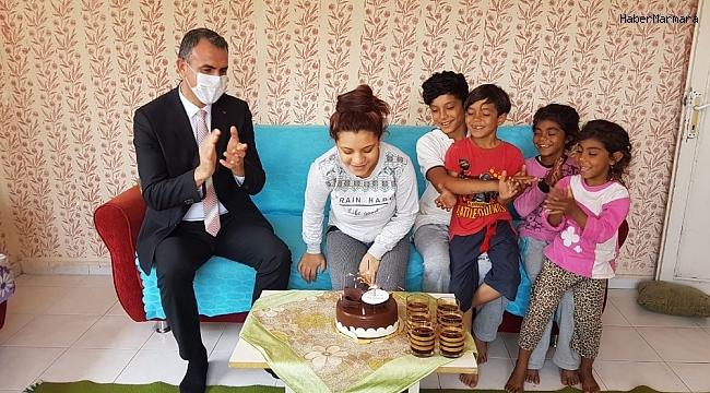 Milli eğitim müdüründen öğrencilere doğum günü sürprizi