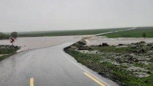 Sağanak yağış nedeni ile yol su altında kaldı