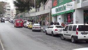 Silivri'de bin TL'lik yardım kuyruğunda sosyal mesafeye detayı