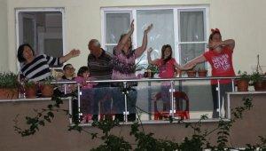 Alaşehirliler balkonlarında spor yaptı