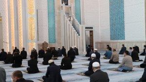 Başkent'te sınırlı sayıda cemaatle bayram namazı