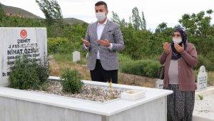 Belediye Başkanı şehit eşini evinden alarak mezarlığa götürdü