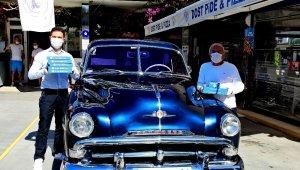 Çeşme'de 65 yaş ve üstüne 1952 model arabayla servis