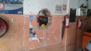 İzmir'de filmlere konu olacak hırsızlık: Duvarları delip eczaneye girdiler