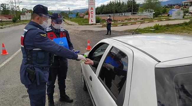 Kastamonu'da jandarmadan sürücülere şeker ikramı