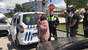 Kısıtlamaya rağmen dışarı çıkan yaşlı kadının yardım isteğini polis geri çevirmedi