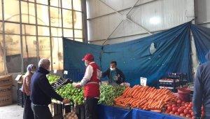 Kızılay pazar esnafına maske ve dezenfekte dağıttı