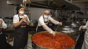 Mersin Büyükşehir Belediyesi'nin aşhanesinde kazanlar aşkla kaynıyor