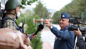 Nöbetteki askere komutanın sürprizi duygulandırdı
