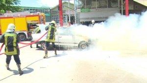 Seyir halindeki otomobil yanarak kullanılmaz hale geldi