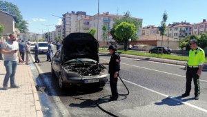 Seyir halindeyken yanan otomobil kullanılamaz hale geldi