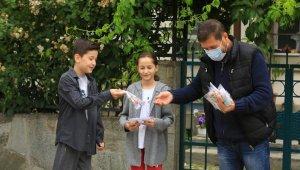 Sındırgı'da bayramda mendil yerine çocuklara özel maske