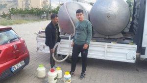 Süt toplayıcısı iki kardeş mahallede süt dağıttı