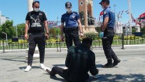 Taksim Meydanında yere yığılan turist, polisi hareketlendirdi