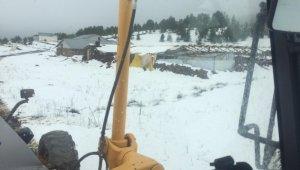 Yaz ayına sayılı günler kala karla mücadele