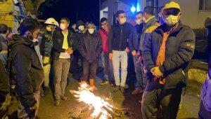 Deprem bölgesinde vatandaşlar geceyi ateş başında geçiriyor