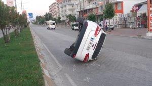 Refüje çarpan otomobil devrildi