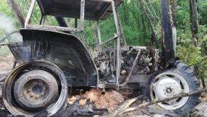 Seyir halindeki traktör alevlere teslim oldu