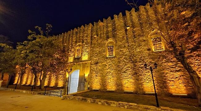 Tarihi Öküz Mehmet Paşa Kervansarayı'nın cephe aydınlatması yenilendi