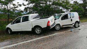 Yağmur nedeniyle kayganlaşan yolda iki araç çarpıştı: 4 yaralı