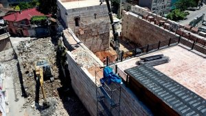 2300 yıllık surları kuşatan binalar yıkıldı