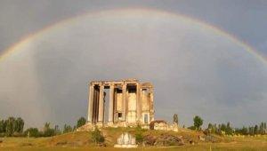 Aizanoi Antik Kenti'nin üzerinde ortaya çıkan gökkuşağı büyeledi